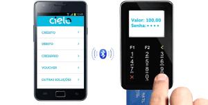 Dedos digitando no Cielo Mobile comunicando-se com celular