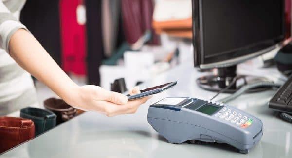 Mão fazendo pagamento via NFC