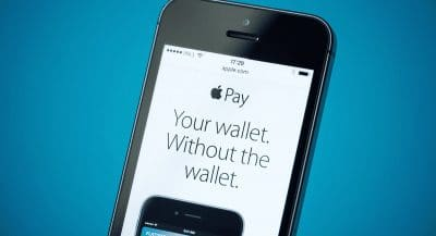 Celular mostrando propaganda da Apple Pay