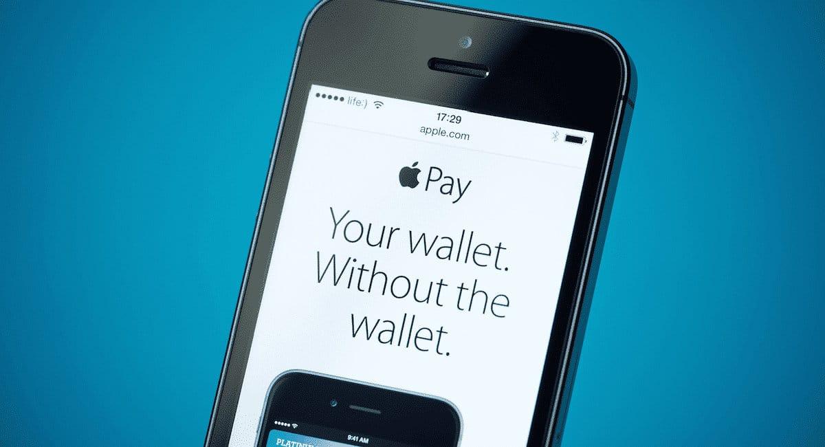 Celular mostrando propaganda da Apple Pay