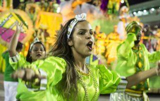 Passista de escola de samba dançando na Sapucaí
