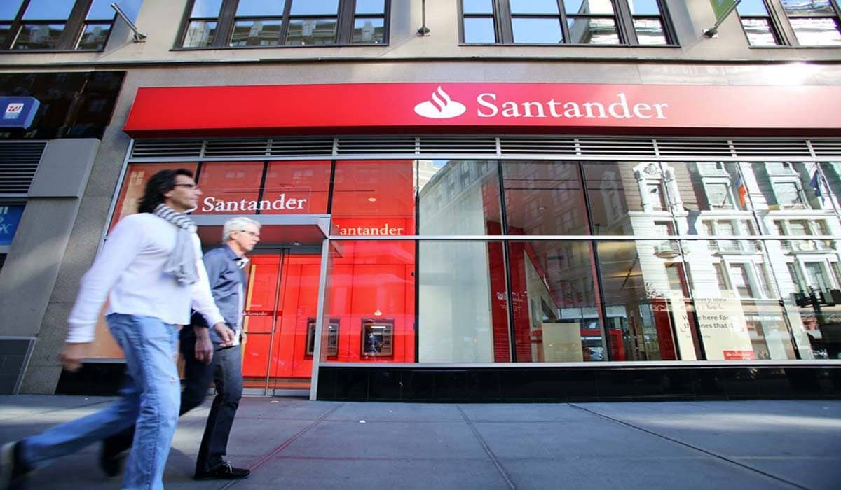 HOmem passando em frente ao Banco Santander