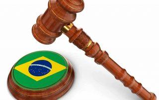 Martelo de juiz batendo sobre bandeira do Brasil