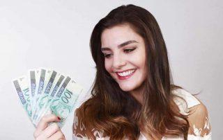Mulher olhando para notas de dinheiro