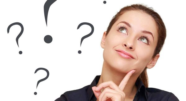 Mulher pensativa com ilustrações de interrogações ao seu lado