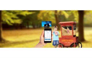 PaggCerto isnerido em celular com cartão com menino e carrinho de pipoca ao fundo