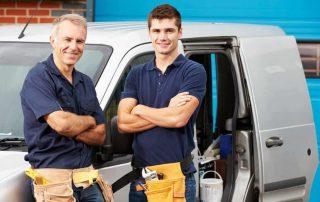 Homens em frente à van de consertos gerais