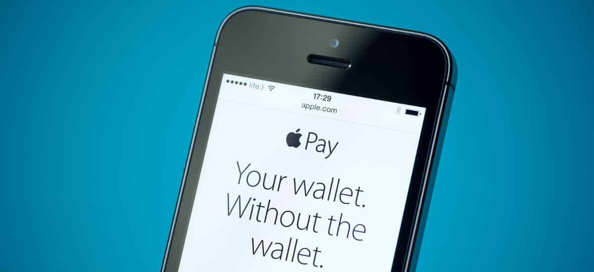 Celular mostrando Apple Pay