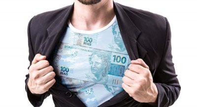 Homem abrindo terno para mostrar camisa feita de notas de dinheiro
