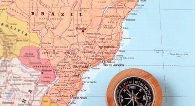 Mapa parcial do Brasil com bússola ao lado