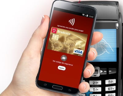 Maõs egurando celular para pagamento via NFC com Bpay em máquina de cartão