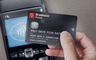 Mão passando cartão via NFC em máquina