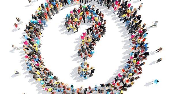 Ilustração de pessoas alinhadas formando um círculo com uma interrogação dentro