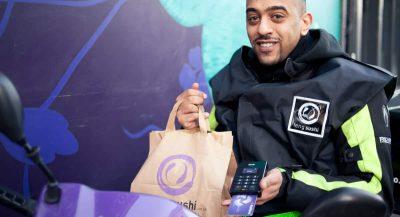 Homem com sacola de entrega na mão