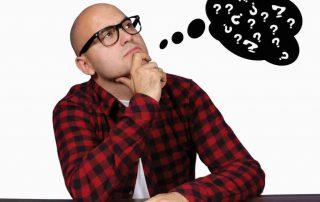 Homem com um balão de pensamento cheio de interrogações