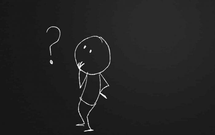 Ilustração de homem em dúvida olhando para interrogação