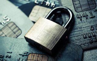 Cadeado em cima de cartões de crédito