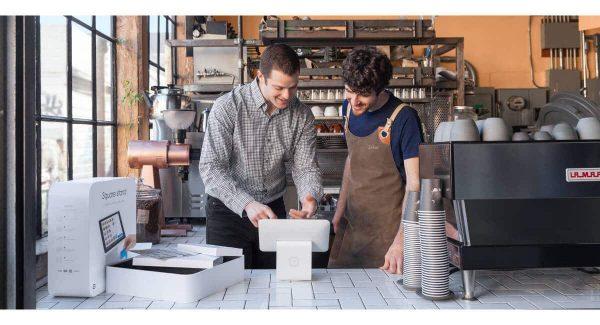 Homens discutindo com usar Square Register em uma cafeteria