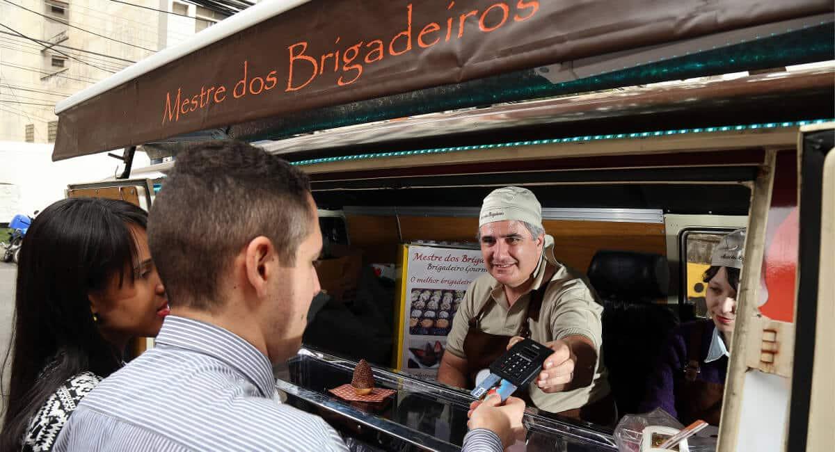 Mestre dos Brigadeiros entregando iZettle Pro para um cliente