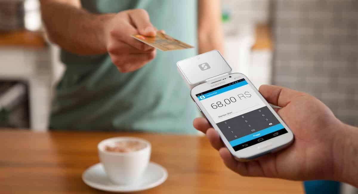 Cliente entregando cartão para pagamento com SumUp Chip via celular