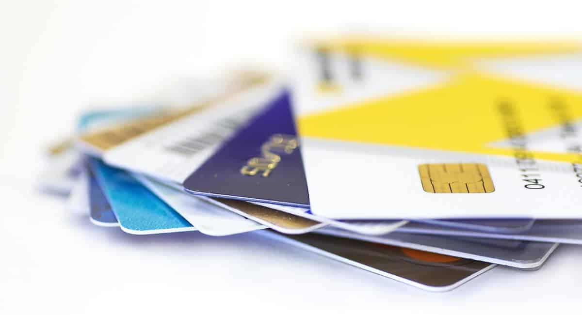 Cartões de crédito sobre uma mesa