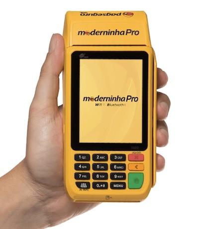 Mão segurando Moderninha Pro