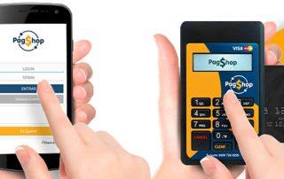 Mão digitando no Maquininha  PagShop com cartao enquanto outra mão digita no celular