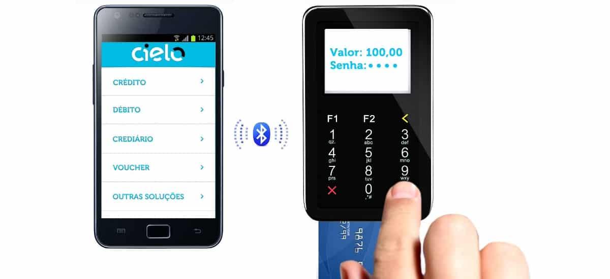 Dedo digitando compra no Cielo Mobile via comunicaçãoBluetooth com celular