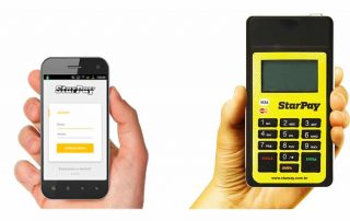 Mão segurando StarPay enquanto outra segura celular