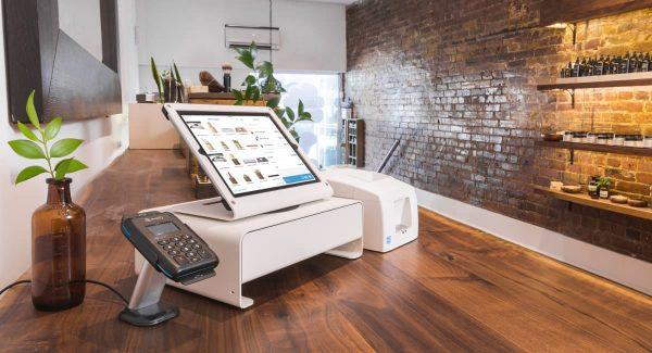Caixa registradora, impressora de recibo, leitor de cartão e tablet com suporte usando Shopify como frente de caixa