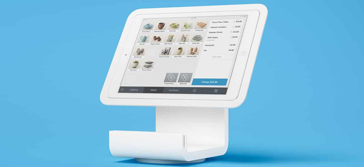 Tabelt com suporte de mesa mostrando o app Square Register