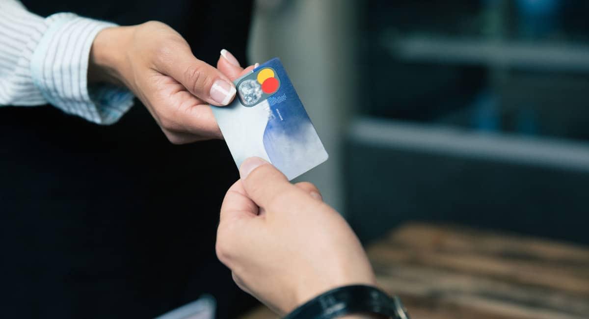 Mãos segurando cartão