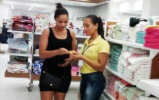 Vendedora e cliente usando a minizinha