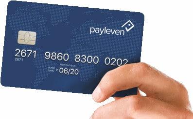 Mão segurando cartão pré-pago Payleven