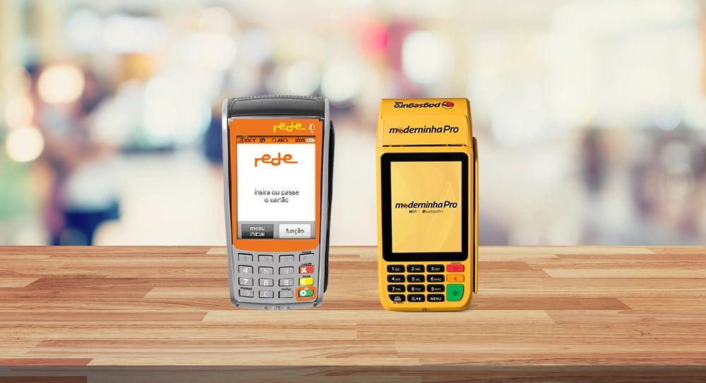 Máquina móvel Rede e Moderninha Pro lado a lado sobre mesa