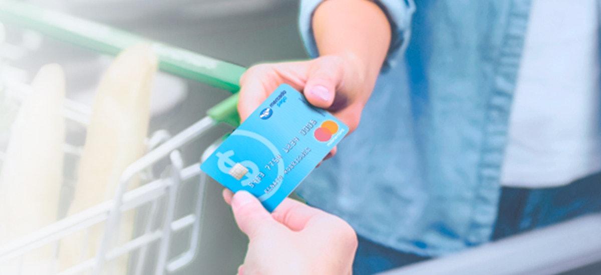 mão segurando cartão pré-pago do mercado pago