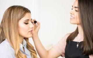 Maquiadora maquiando mulher com produtos natura