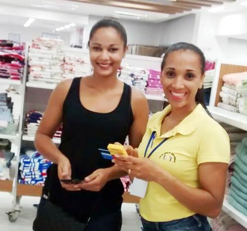 Vendedora e cliente na loja com a Minizinha