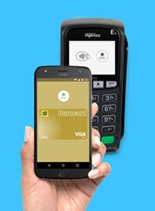 Mão segurando celular fazendo pagamento com Ourocard via Android Pay em máquina de cartão