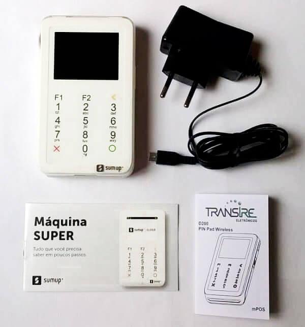 Itens encontrados na caixa da SumUp Super: máquina, manuais e cabo USB
