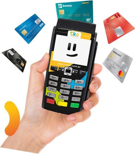 Ilustração de mão segurando máquina de Cartão TKs com cartões flutuando em volta dela
