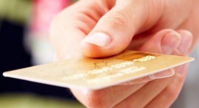 Mão segurando cartão