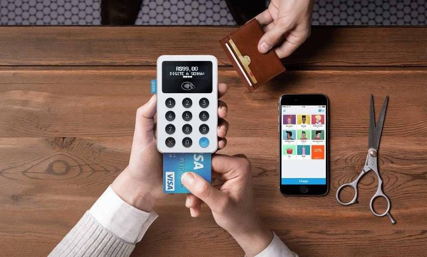 Mão inserindo cartão no Maquinão iZettle para pagemento via celular
