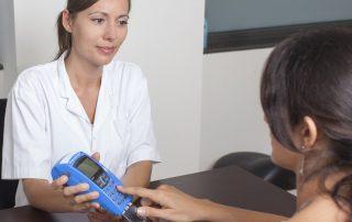 Cliente digitando em máquina de cartão azul
