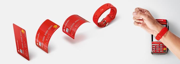 Cartão Santander transformando-se em pulseira em um braço sobre máquina de cartão