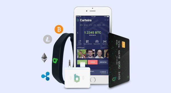 Pulseira, cartão, maquininha e celular mostrando app Bancrypt