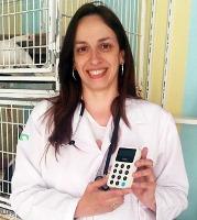 Veterinária Renata segurando o Maquinão iZettle