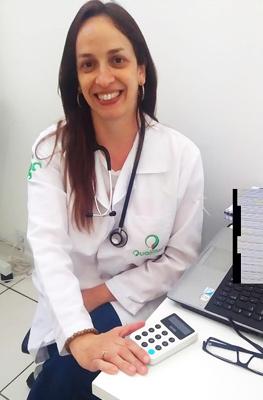 Renata com iZettle Maquinão em cima da mesa