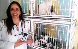 Renata segurando iZettle Maquinão