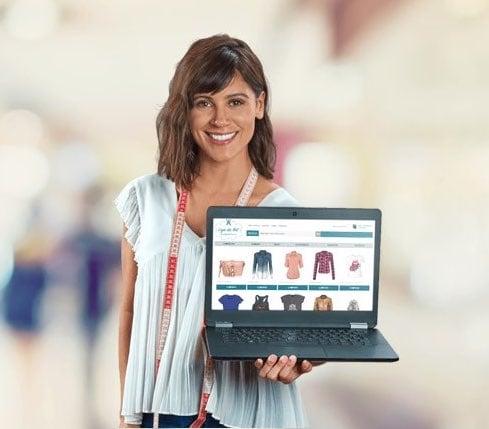 Mulher segurando laptop mostrando loja virtual do Uol